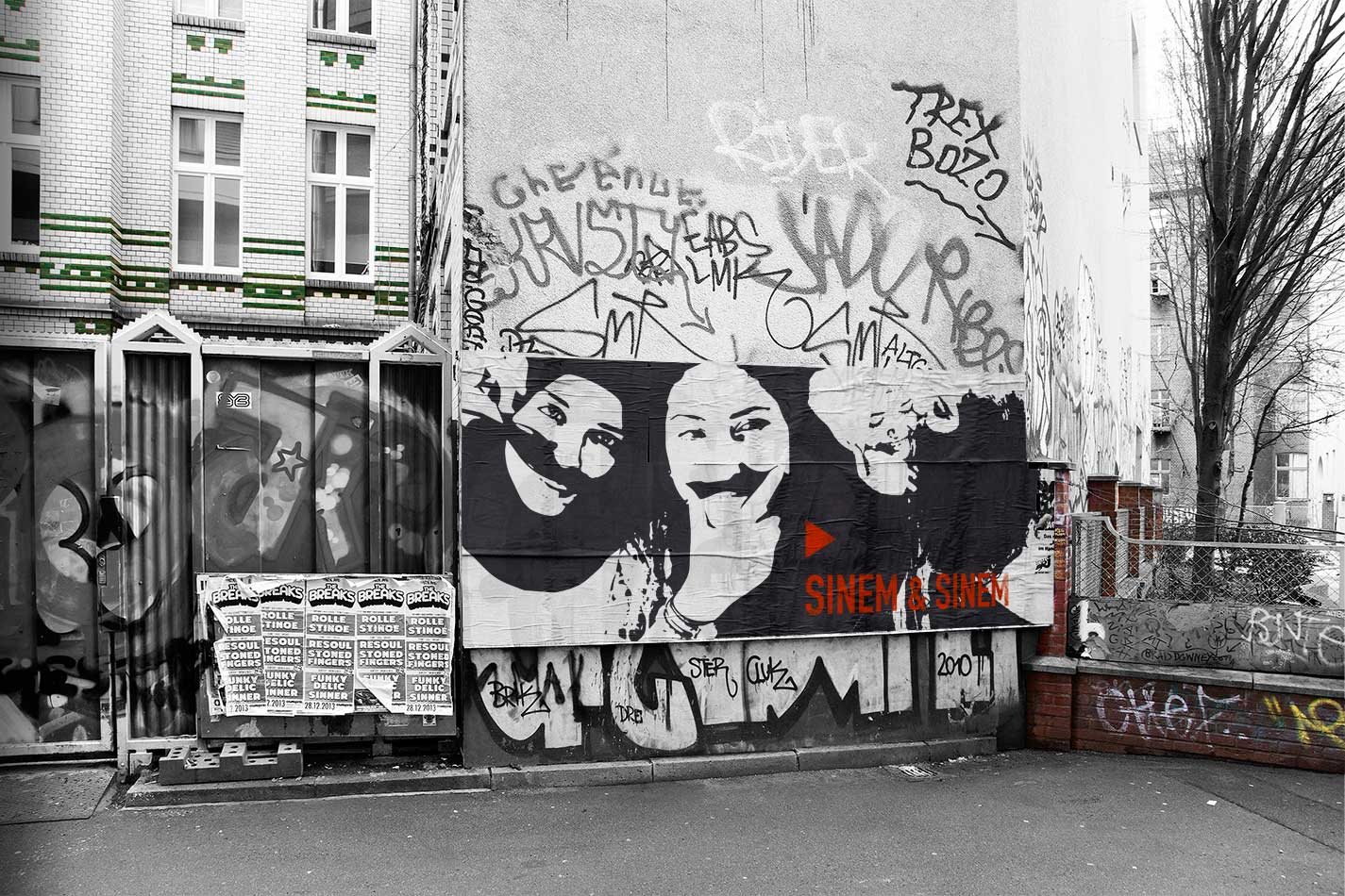 Foto/Illustration Kreuzberger Hinterhof mit Sinem & Sinem als Paste-Up